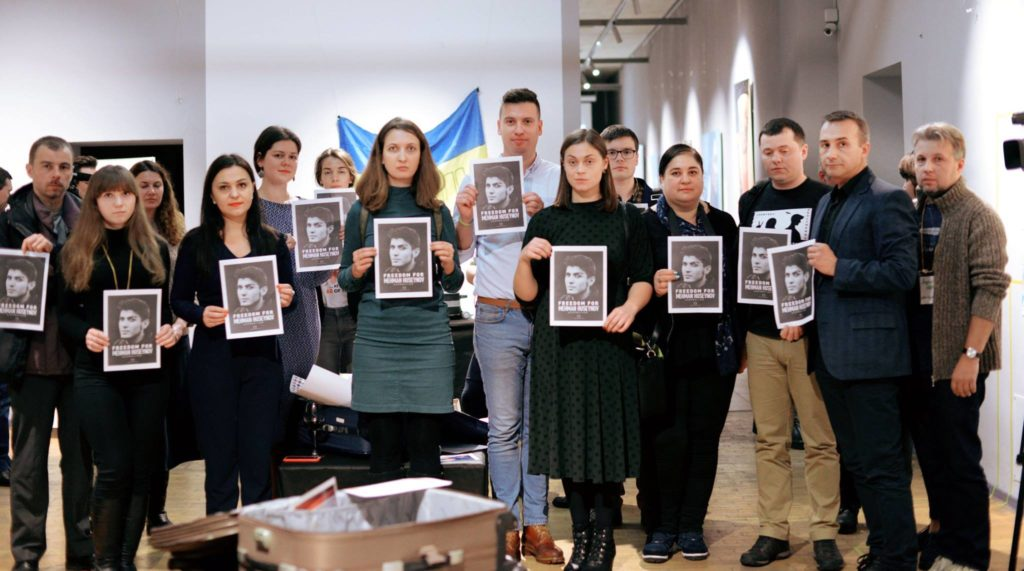 #FreeMehman action during exhibitions displaying the suitcases of Crimean human rights defenders in Kyiv and Chernihiv. Mehman Huseynov – imprisoned blogger from Azerbaijan. Photo: Crimean Human Rights House, 10/12/18.
